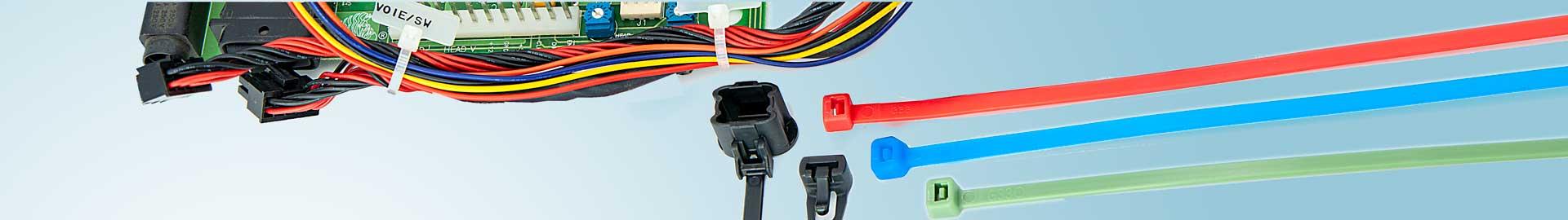 Verschiedene Kabelbinder und weiteres Zubehör